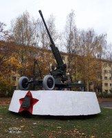 85-миллиметровая зенитная пушка - в честь воинов ПВО г. Вологды